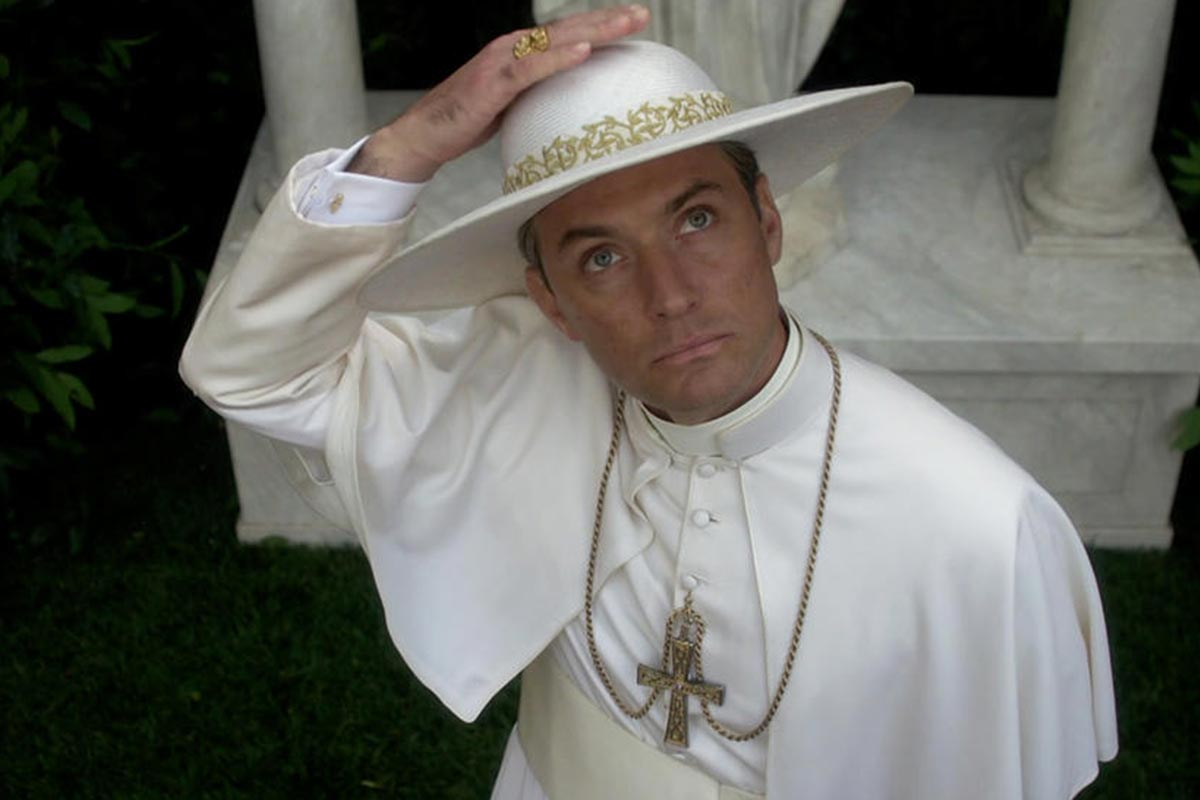 Das Bild zeigt Jude Law als fiktiver Papst Pius XIII. in The Young Pope.