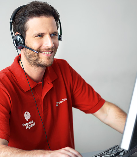 Mann in Callcenter telefoniert