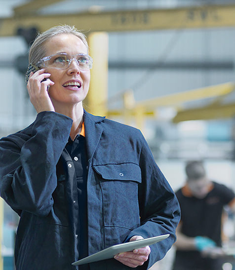 Frau in Smart Factory telefoniert