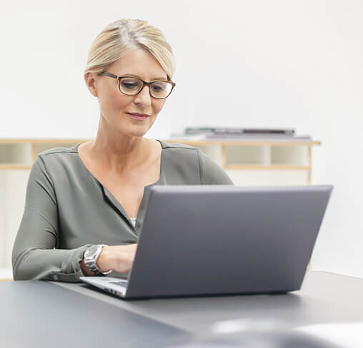 Business-Frau chattet am Laptop